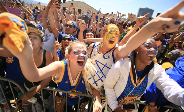 The Golden State Warriors victory parade in Oakland, Friday June 19, 2015. (Kent Porter / Press Democrat) 2015